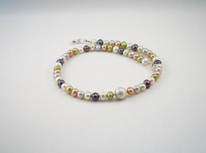Perlenkette in pastell